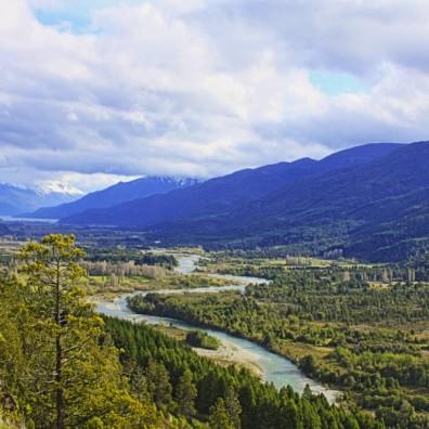 El-rio-Azul-en-El-Bolson-con-Lago-Puelo-al-fondo